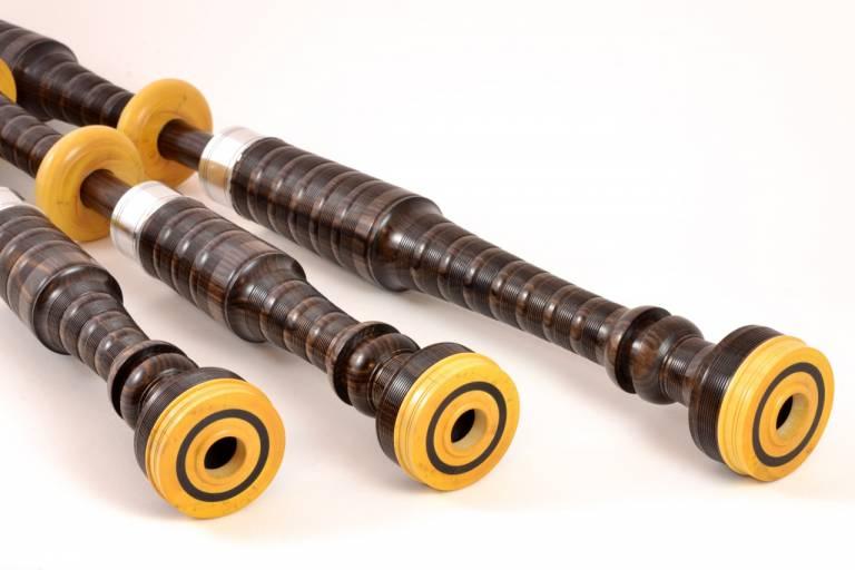 détail de capots de cornemuse écossaise en ébène et en buis