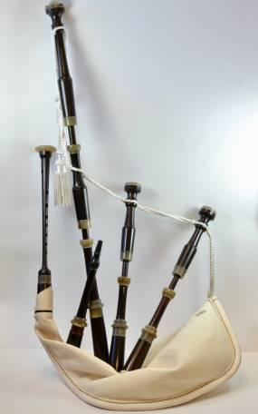 cornemuse complète en ébène, viroles en corne de zébu et poche mouton