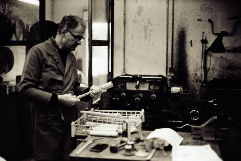 Gilbert Hervieux dans l'atelier de tournage des biniou et bombardes