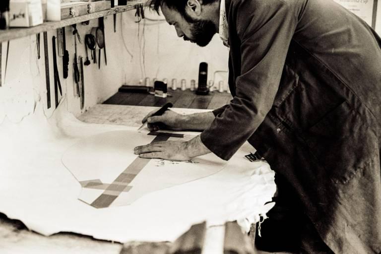 Tudual Hervieux trace le gabarit d'une poche de cornemuse écossaise sur une peau de mouton