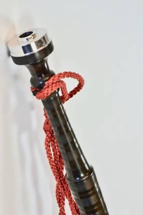 Elément de bourdon basse de cornemuse écossaise avec capot métal