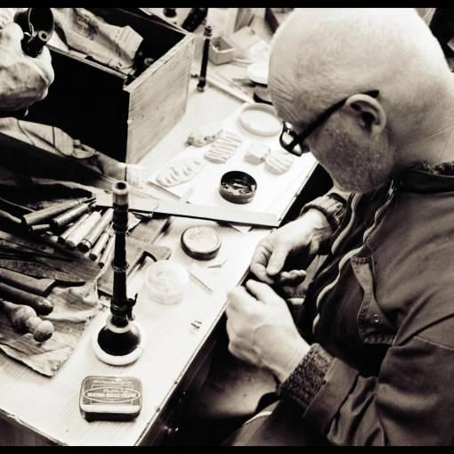 Jorj Botuha mesure les anches et le materiel du sonneur Gus Salaün de Bannalec