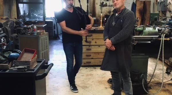Erwan Keravec sonnant de la cornemuse avec Jorj Botuha